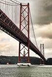 25ste April Bridge in Lissabon op een bewolkte dag Royalty-vrije Stock Fotografie