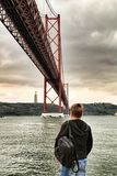 25ste April Bridge in Lissabon op een bewolkte dag Royalty-vrije Stock Foto's