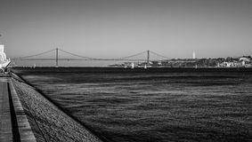 25ste April Bridge over Rivier Tagus in de Brug van akasalazar van Lissabon - LISSABON/PORTUGAL - JUNI 15, 2017 Stock Afbeelding