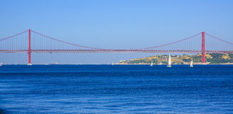 25ste April Bridge over Rivier Tagus in de Brug van akasalazar van Lissabon Royalty-vrije Stock Foto