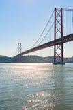 25ste april-brug tegen blauwe hemel - Lissabon Stock Foto's