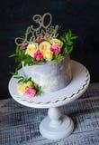 30ste verjaardagscake met rozen op caketribune Stock Foto