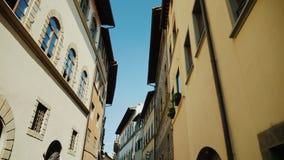 Steadicam射击了:在佛罗伦萨狭窄的街道上的中世纪大厦在意大利,城市的历史的部分 股票视频