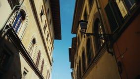 Steadicam射击了:在佛罗伦萨狭窄的街道上的老大厦在意大利,城市的历史的部分 股票录像