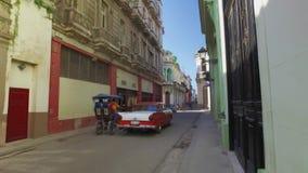 Steadicam移动式摄影车POV被射击的走在狭窄的街道在哈瓦那 股票视频