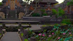 Steadicam που πυροβολείται του ναού Pura Taman Saraswati, Ubud πρεσών απόθεμα βίντεο