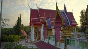 Steadicam сняло виска Wat Srisoonthorn на острове Пхукета, Таиланде o акции видеоматериалы