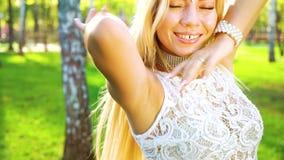Steadicam сняло женского танцора в чувственном костюме выполняя outdoors в лете сток-видео