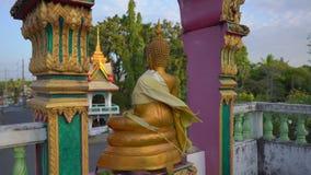 Steadicam сняло небольших статуй Будды в виске Wat Srisoonthorn на острове Пхукета, Таиланде r акции видеоматериалы