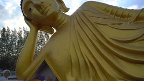 Steadicam сняло статуи лежа Будды в виске Wat Srisoonthorn на острове Пхукета, Таиланде Путешествуйте к акции видеоматериалы