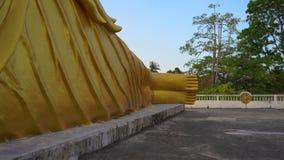 Steadicam сняло статуи лежа Будды в виске Wat Srisoonthorn на острове Пхукета, Таиланде Путешествуйте к сток-видео