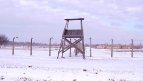 Steadicam сняло башни старой гвардии и загородки колючей проволоки концентрационного лагеря в зиме видео 4K сток-видео