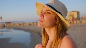 Steadicam сняло молодой красивой женщины идя на пляж во время захода солнца видеоматериал