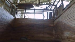 steadicam Старый загубленный интерьер амбара Ровное движение покинутое здание сток-видео