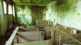 steadicam Старый загубленный интерьер амбара Ровное движение покинутое здание видеоматериал