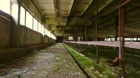 steadicam 老被破坏的谷仓内部 光滑的行动 被放弃的大厦 影视素材