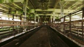 steadicam 老被破坏的谷仓内部 光滑的行动 被放弃的大厦 股票录像