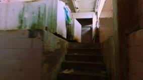 steadicam 老被破坏的谷仓内部 光滑的行动 被放弃的大厦 股票视频