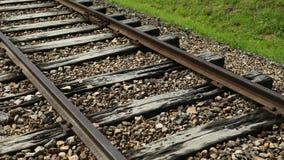 Steadicam disparou no passeio ao longo das trilhas sinistras do trem, usadas para deportar judaico video estoque