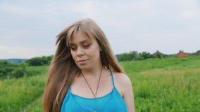 Steadicam disparou: Retrato de uma mulher gravida nova A câmera move-se da cara para o estômago filme