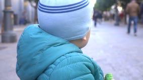 Steadicam ha sparato del ragazzino triste nel marciapiede, movimento lento archivi video