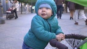 Steadicam ha sparato del ragazzino triste nel marciapiede, movimento lento stock footage