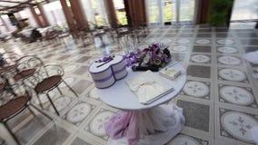 Steadicam kreiste die Tabelle des Hochzeitszubehörs ein stock video footage