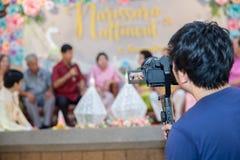 Steadicam met DSLR-camera voor videoproductie schiet film in huwelijksceremonie stock fotografie