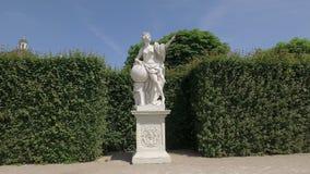 Steadicam in mooie tuin, rond wit antiek standbeeld van vrouw wordt geschoten die stock videobeelden