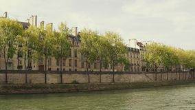 Steadicam promenerar den Seine River invallningen och de bostads- husen i Paris i höst, Frankrike arkivfilmer