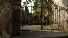 Steadicam schoss vom Pura Gunung Lebah-Tempel in Ubud auf der Bali-Insel stock video footage