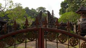 Steadicam schoss vom Pura Gunung Lebah-Tempel in Ubud auf der Bali-Insel stock video