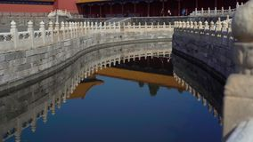 Steadicam sköt av en inre del av Forbiddenet City - forntida slott av Kina kejsare Inre vattenkanal - flod stock video