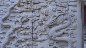Steadicam sköt av en stenobelisk som täcktes med drakemodeller som inom placerades av en inre del av Forbiddenet City - stock video