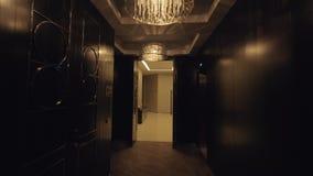 Steadicam strzał piękny hotelowy korytarz z prezydenckimi kostiumami zbiory