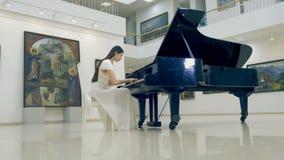 Steadicam strzelanina dziewczyna bawić się pianino 4K zbiory