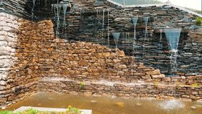Steadicam a tiré de la petite cascade dans le jardin Cascade décorative en parc avec des pierres Un endroit confortable avec clips vidéos