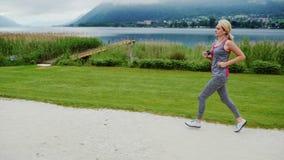 Steadicam a tiré : Essai de matin dans un endroit pittoresque parmi les montagnes d'Alpes près d'un beau lac de montagne banque de vidéos