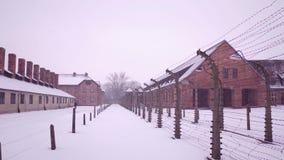 Steadicam tiró de las cercas del alambre de púas y de los edificios oxidados viejos del campo de concentración Cuarteles del ladr almacen de metraje de vídeo