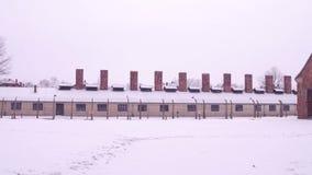 Steadicam tiró del edificio del campo de concentración en nieve que caía clip 4k metrajes