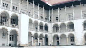 Steadicam a tiré de la cour intérieure de la Renaissance du château de Wawel à Cracovie, Pologne Point de repère local et tourist banque de vidéos