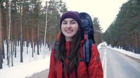 Steadicam van een vrouw wordt geschoten die in een de winterbos dat lopen stock footage