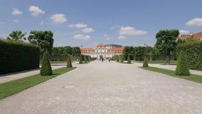 Steadicam van het lopen in tuin van Belvedere paleis in zonnige dag wordt geschoten die stock footage