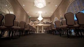 Steadicam van stoelen op het ontvangstgebied wordt geschoten op de huwelijksceremonie die stock videobeelden