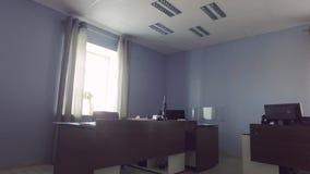 steadicamskott inre modernt kontor Arbetsplaceces skrivbord arkivfilmer