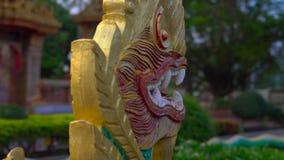 Steadycam disparou de um templo de Wat Chalong na ilha de Phuket, Tailândia video estoque