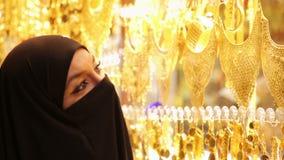 Steadycam - kobieta z chustka na głowę zakupy przy Uroczystym bazarem, Istanbuł, Turcja zbiory wideo