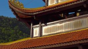 Steadycam tiró de un templo budista Ho Quoc Pagoda en la isla de Phu Quoc, Vietnam almacen de metraje de vídeo