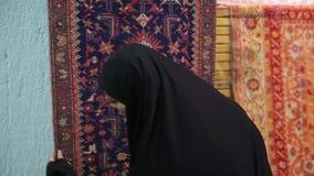 Steadycam - Vrouw die met headscarf bij Grote Bazaar, Istanboel, Turkije winkelen stock videobeelden
