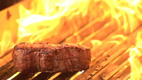 Steak auf Grill-Feuer - Zeitlupe stock video footage